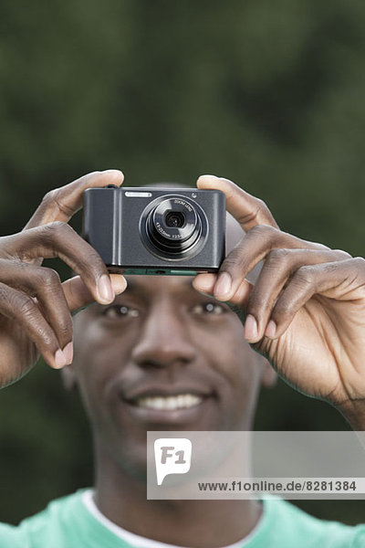Mann mit Digitalkamera