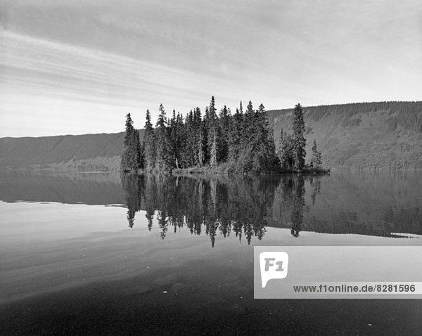 Spiegelung von Klippen und Bäumen im Meziadin Lake  British Columbia  Kanada Spiegelung von Klippen und Bäumen im Meziadin Lake, British Columbia, Kanada
