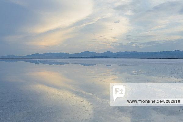 Flachwasser über der Oberfläche der Bonneville Salt Flats in der Nähe von Wendover in der Abenddämmerung.