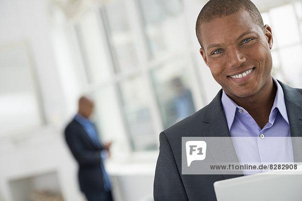 Geschäftsleute. Ein junger Mann in einem Anzug mit einem digitalen Tablet.