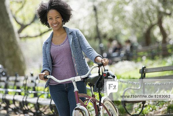 Frau Kleidung Freizeitbekleidung schieben Fahrrad Rad