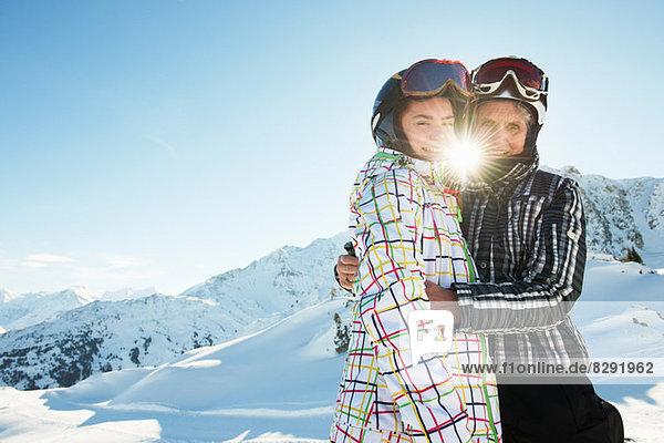 Umarmung von Großmutter und Enkelin  Les Arcs  Haute-Savoie  Frankreich