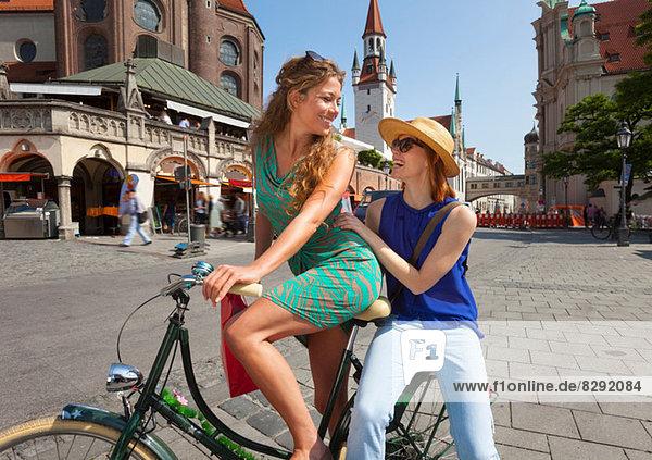 Frauen auf dem Fahrrad in München Viktualienmarkt  München  Deutschland