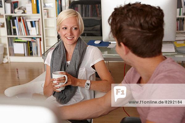 Zwei Kollegen im Gespräch  Frau mit Kaffee