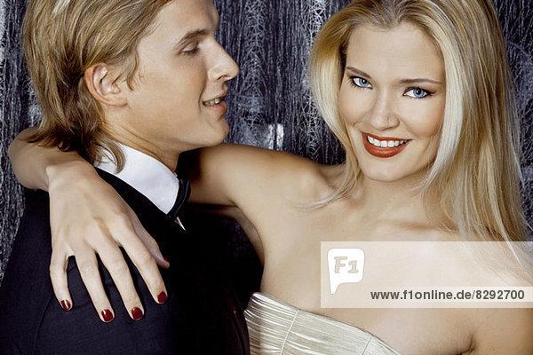 Nahaufnahme eines jungen glamourösen Paares