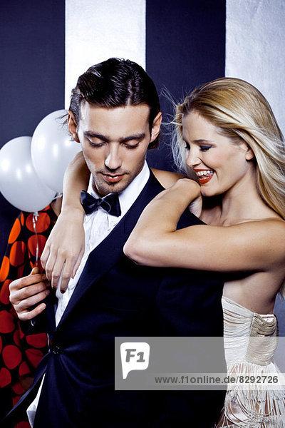 Junges Paar tanzt zusammen im Nachtclub