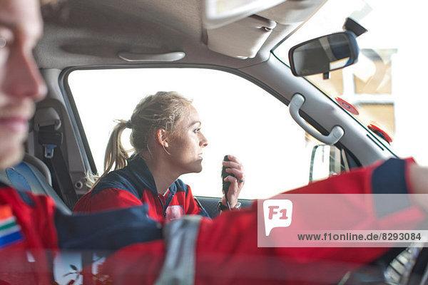 Rettungssanitäter  die im Krankenwagen zum Notfall fahren