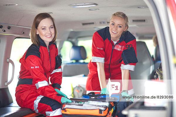 Porträt von zwei Sanitäterinnen im Krankenwagen