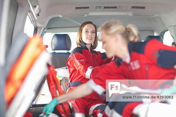 Rettungssanitäter in der Ambulanz bei der Vorbereitung medizinischer Geräte