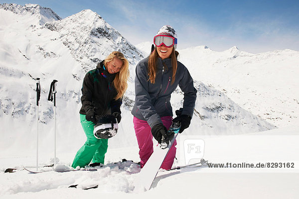 Zwei Frauen im Schnee mit Skiern  Obergurgl  Österreich