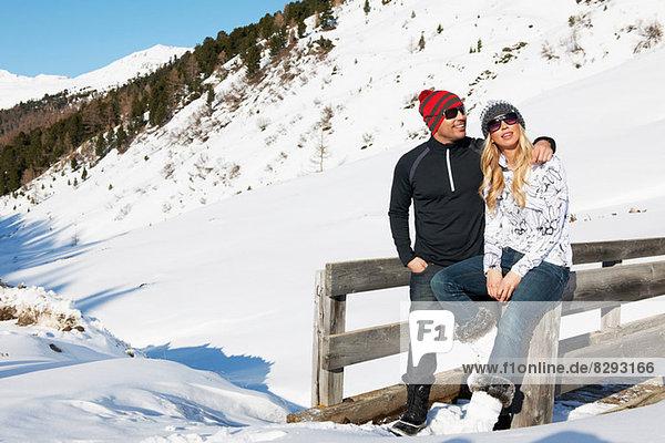 Mittleres erwachsenes Paar am Zaun lehnend  Obergurgl  Österreich