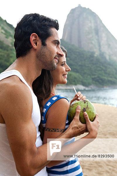 Porträt eines Paares am Strand mit Zuckerhut  Rio de Janeiro  Brasilien