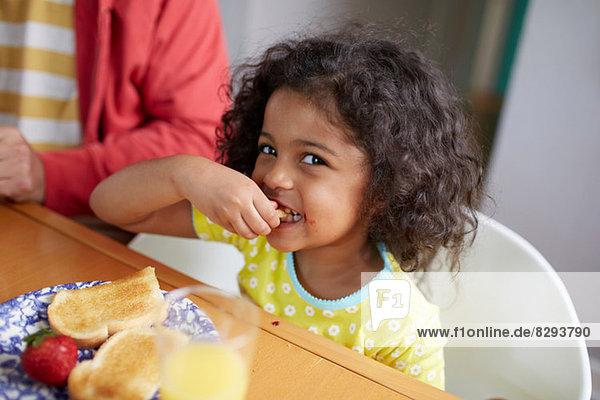 Mädchen beim Frühstück