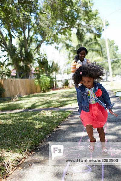 Mädchen beim Hüpfspiel