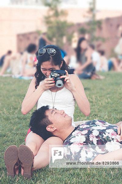 Junge Frau beim Fotografieren des Freundes