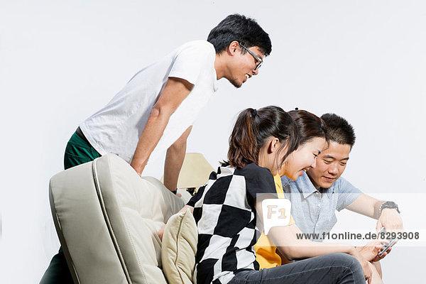 Freunde sitzen auf dem Sofa