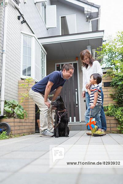 Vater mit Hund im Gespräch mit Sohn