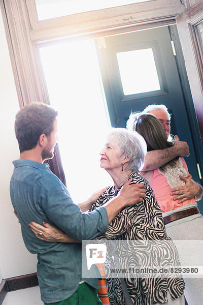 Sohn begrüßt Mutter im Flur Sohn begrüßt Mutter im Flur