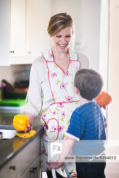 Mutter und Sohn bereiten das Essen zu Hause zu.