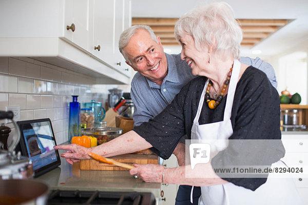 Seniorenpaar bei der Zubereitung des Essens zu Hause