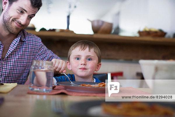 Vater mit Sohn beim Abendessen