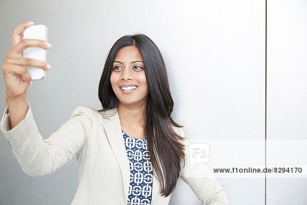 Frau beim Selbstporträt mit dem Smartphone