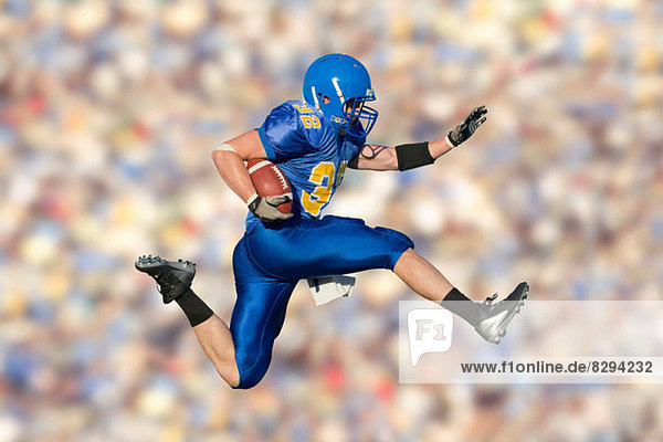 American Footballer Springen mit Ball