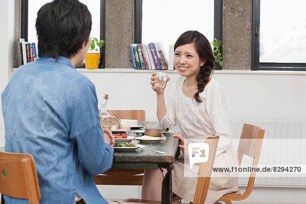 Junges Paar beim Essen am Tisch