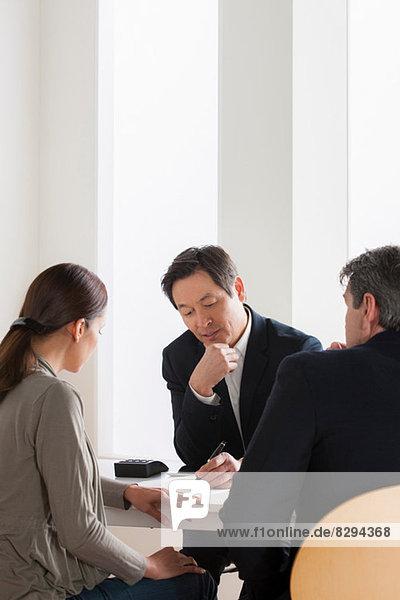 Reife Paare treffen Geschäftsmann