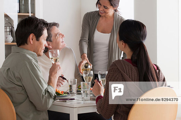 Reife Freunde beim gemeinsamen Essen