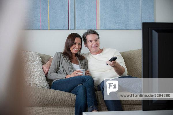 Reife Paare beim Fernsehen