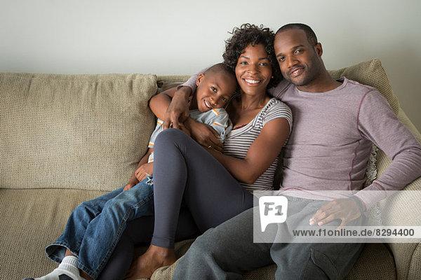 Porträt der Eltern und des Sohnes auf dem Sofa