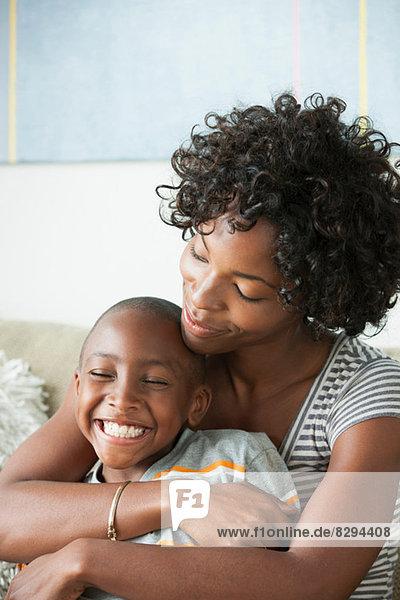 Porträt der umarmenden Mutter des Sohnes