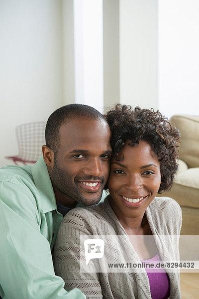 Porträt eines mittleren erwachsenen Paares lächelnd
