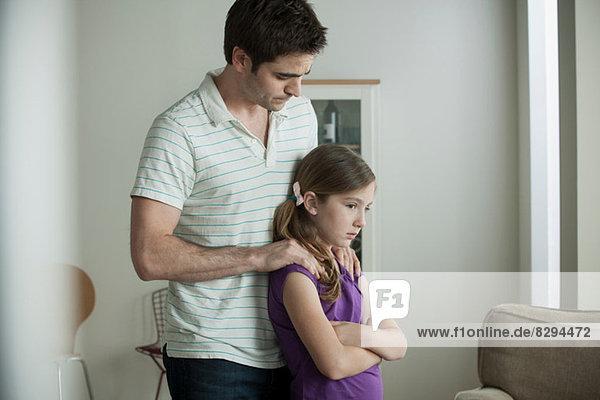 Vater beruhigende Tochter