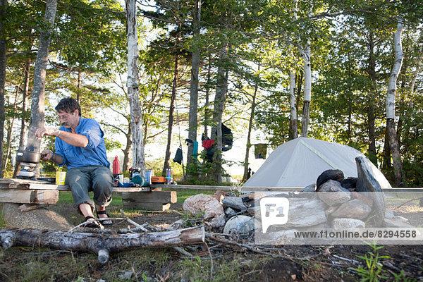 Erwachsener Mann beim Kochen auf dem Campingplatz  Bath  Maine  USA
