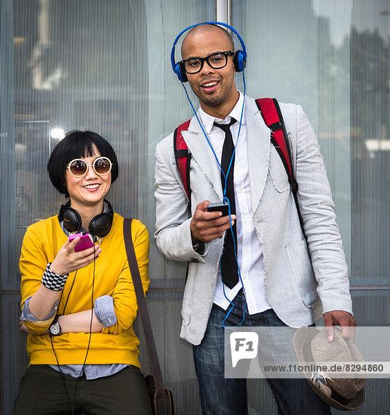 Junges Paar mit mp3-Playern
