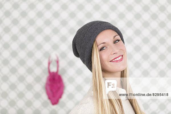 Porträt einer jungen Frau mit Hut
