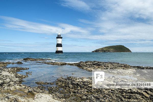 Großbritannien  Wales  Anglesey  Leuchtturm am Penmon Point  rechts Puffin Island