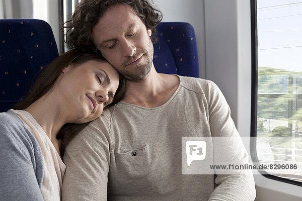 Entspanntes Paar im Zug