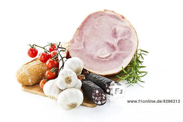 Schinken  Würstchen  Tomaten  Knoblauch  Rosmarin und Brot  Studioaufnahme