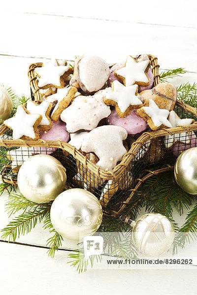 Weihnachtsgebäck in einem sternförmigen Korb