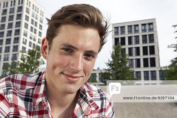 Lächelnder junger Mann im Freien  Portrait
