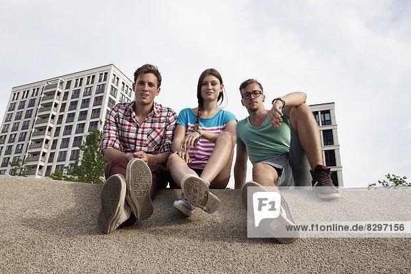 Deutschland  Bayern  München  Freunde sitzen im Freien