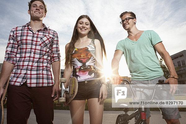 Deutschland  Bayern  München  Freunde mit Skateboard und BMX-Fahrrad