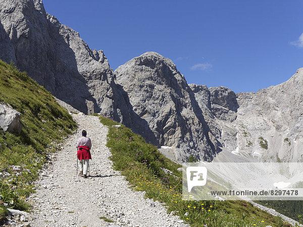 Österreich  Kärnten  Karnische Alpen  Wanderer im Biegengebirge