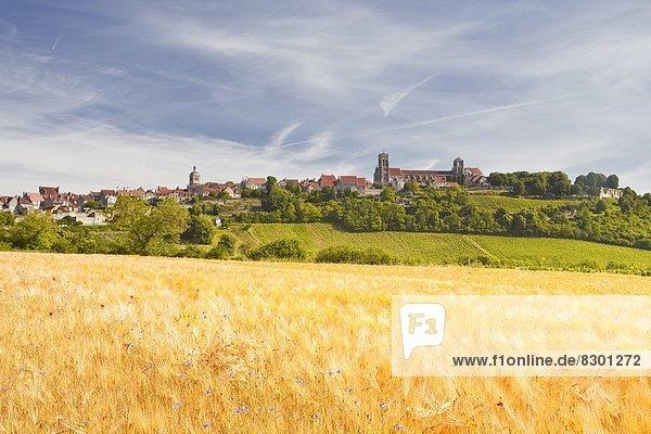 Frankreich  Europa  Berggipfel  Gipfel  Spitze  Spitzen  Dorf  Feld  Weizen  Zimmer  unterhalb  Burgund