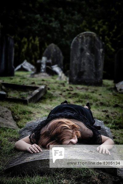 liegend  liegen  liegt  liegendes  liegender  liegende  daliegen  Frau  Grabmal