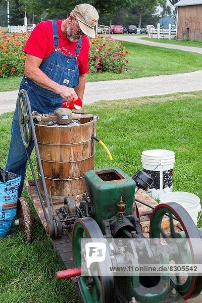 Attraktivität  arbeiten  Produktion  Bauernhof  Hof  Höfe  Tourist  Geschichte  Eis  Großvater  Bauer  Sahne  Michigan