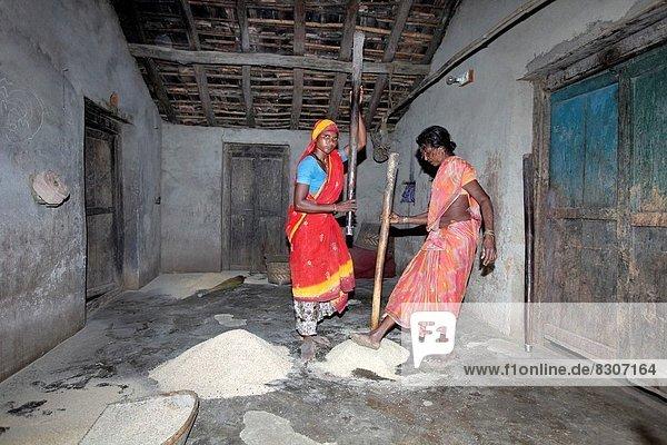 Getreide Frau Wohnhaus 1 Volksstamm Stamm Ortsteil Indien Maharashtra